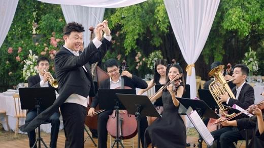 """""""Nhạc trưởng"""" Chí Tài đang hết sức tập trung cùng dàn nhạc giao hưởng mà mình mất bao công sức gầy dựng nên. - Tin sao Viet - Tin tuc sao Viet - Scandal sao Viet - Tin tuc cua Sao - Tin cua Sao"""