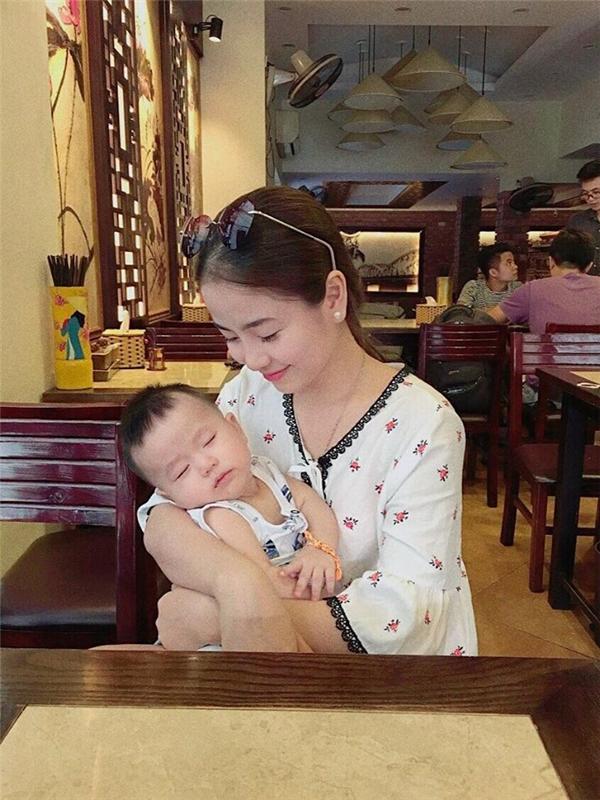 Bé Đậu với khuôn mặt bầu bĩnh, đáng yêu thừa hưởng những nét đẹp hoàn hảo của cả bố lẫn mẹ. (Ảnh: Internet)