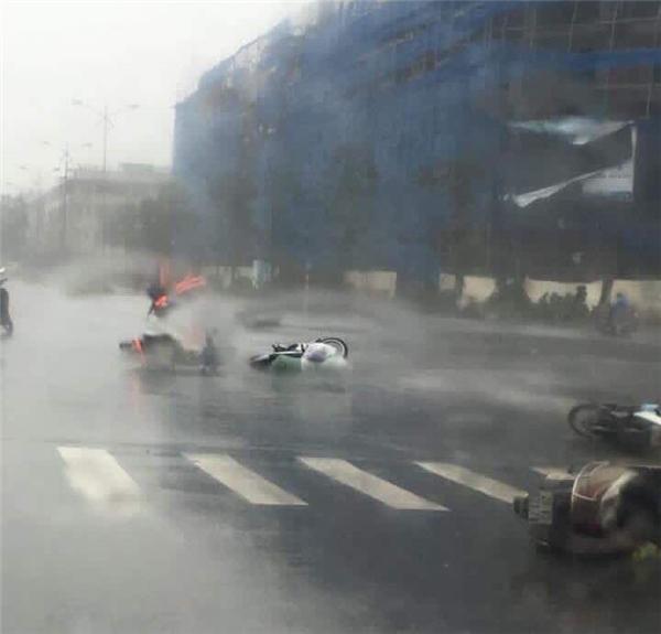 Gió giật cấp 8-10 quật ngã nhiều phương tiện đang di chuyển trên đường.(Ảnh: Trần Trọng An)