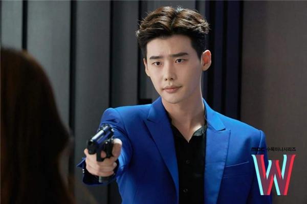 Không chỉ cưỡng hôn, Lee Jong Suk còn chĩa súng tra hỏi Han Hyo Joo