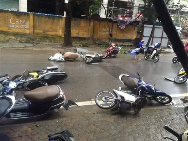 Mưa gió kinh hoàng, khiến các xe máy đổ la liệt ở Hà Nội vào sáng nay. Ảnh: Internet