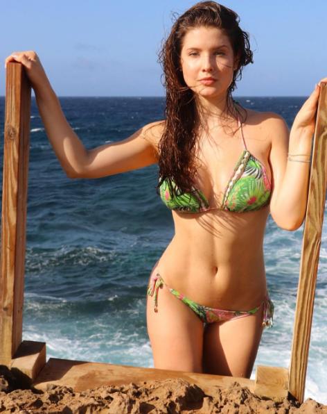 Amanda Cernylà chị cả của nhóm, cô là người mẫu, MC truyền hình, huấn luyện viên thể dục thẩm mĩ.