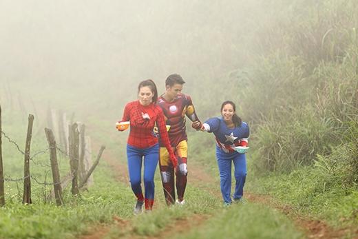  Vất vả lên đến đỉnh núi trong bộ trang phục của những siêu anh hùng.