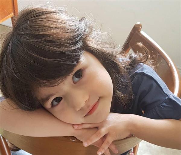 Cô bé đang khiến cộng đồng mạng liêu xiêu này tên là Mina Baker(tên tiếng Hàn làMin Ah), 5 tuổi,là con lai giữa hai dòng máu Hàn Quốc và Canada.