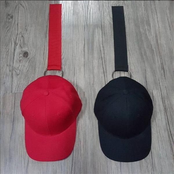 Dạng thiết kế thứ 3 được các fashionisto ưa chuộng trong hè này là mũ lưỡi trai có phần dây đeo phía sau. Không chỉ Kelbin Lei mà Travis Nguyễn cũng cực kì ưa chuộng khi chọn phối chúng với hàng loạt trang phục khác nhau.