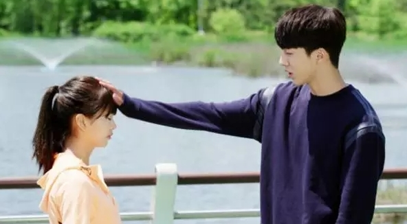 School 2015 ngập tràn cảnh xoa đầu tình tứ của Kim So hyun và Nam Joo Hyuk.