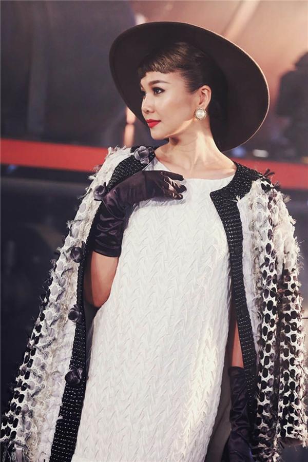Trước khi thử thách diễn ra, ban giám khảo đích thân ra thị phạm cho thí sinh.Thanh Hằng diện trang phục mang đậm âm hưởng của phong cách cổ điển với sắc trắng làm chủ đạo.