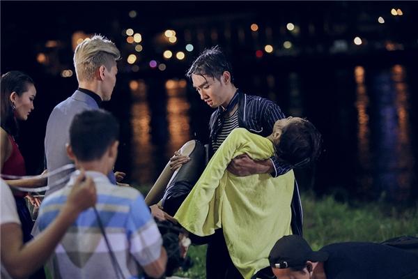 """Trong quá trình chụp ảnh, do bị ngấm nước quá lâu cộng với áp lực bị chê trách trong thử thách trước, Anh Thư bất ngờ ngã quỵ khiến 17 thí sinh còn lại hốt hoảng. Ban giám khảo cũng phải """"xanh mặt"""" trước sự cố này."""