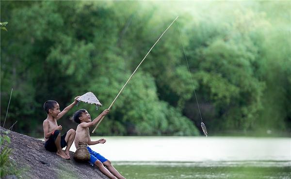 Ngoài trò giăng lưới bắt cá, lắmcậu chàng cũng làm siêng ngồi câu cá nhiều giờ đồng hồ trong mưa.