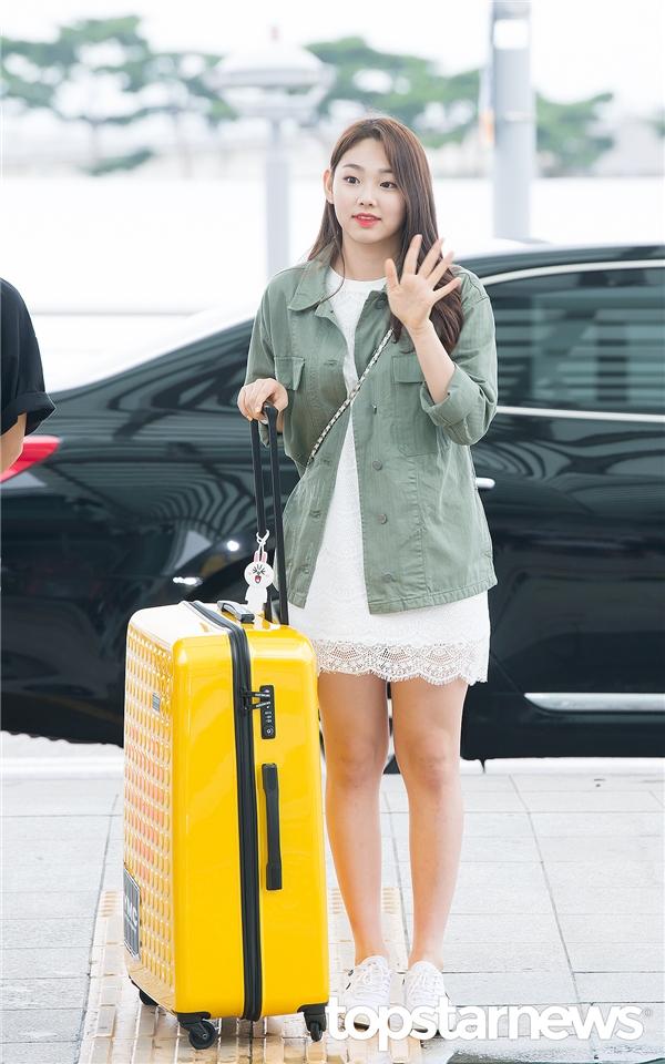 """Nữ thần thế hệ mới"""" Sejeong đọ sắc đàn chị IU tại sân bay"""