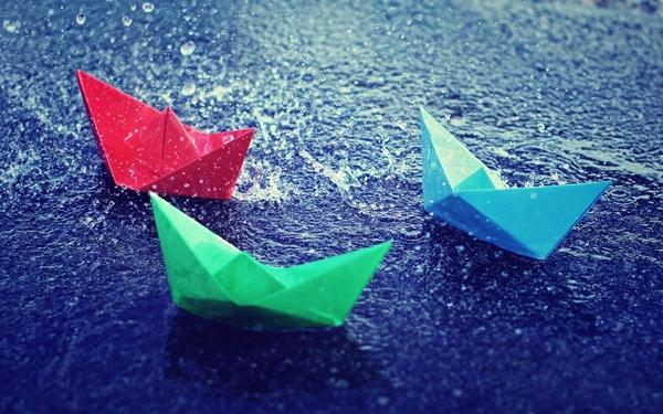 Nếu con trai có trò bắt lươn câu cá thì các cô bé cũng biết xếp thuyền giấy thả chơi vậy.
