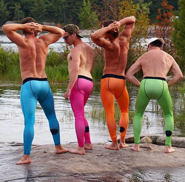 Các người đẹp đang đọ dáng trong phần thi bikini bên suối.