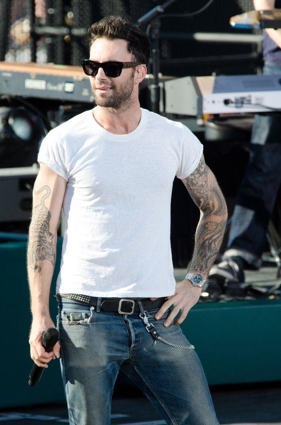 Nhờ chiếc áo thun trắng mà hình xăm ấn tượng trên hai cánh tay Adam Levine càng nổi bật và thu hút hơn.
