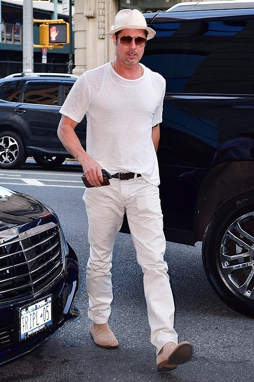 Cả cây trắng của Brad Pitt với điểm nhấn là sợi dây nịt nâu sậm cùng đôi bốt màu lông lạc đà khiến anh trông cực kỳ sành điệu.