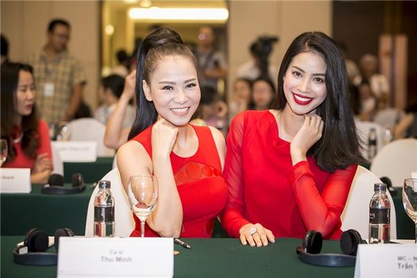 Hai nữ nghệ sĩ vui vẻ và tươi tắn rạng ngời dù cả Thu Minh và Phạm Hương đều đang phải hứng chịu nhiều chỉ trích từ dư luận ở những khía cạnh khác nhau. - Tin sao Viet - Tin tuc sao Viet - Scandal sao Viet - Tin tuc cua Sao - Tin cua Sao