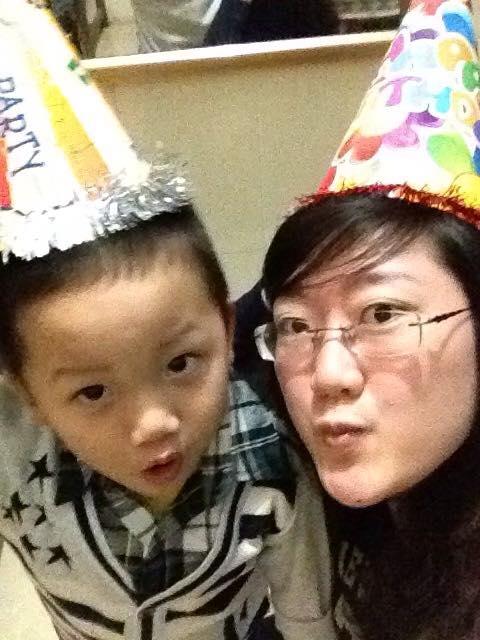 Huyền Trâm chụp ảnh cùng đứa cháu - con của anh trai.