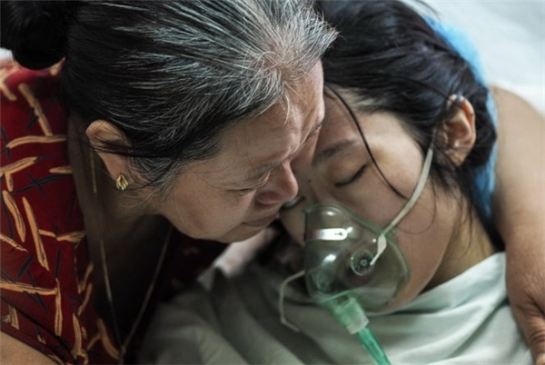 Trong cả bộ ảnh, có lẽ đây là tấm gây đau lòng nhất: chị Trâm trong vòng tay của mẹ trước khi đưa về quê nhà làm đám tang.