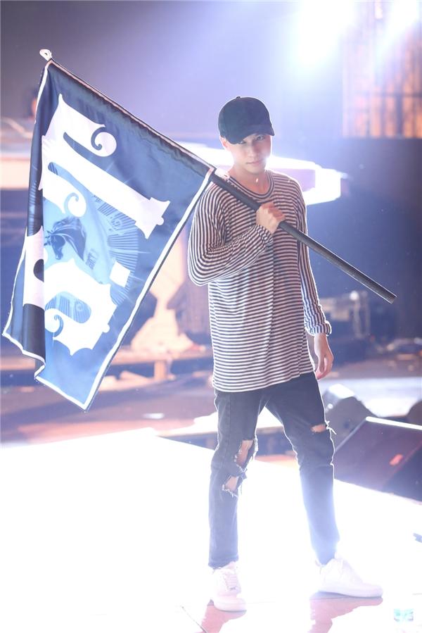 Đạo cụ cho phần biểu diễn solo của S.T là một lá cờ được thiết kế khá bắt mắt. - Tin sao Viet - Tin tuc sao Viet - Scandal sao Viet - Tin tuc cua Sao - Tin cua Sao