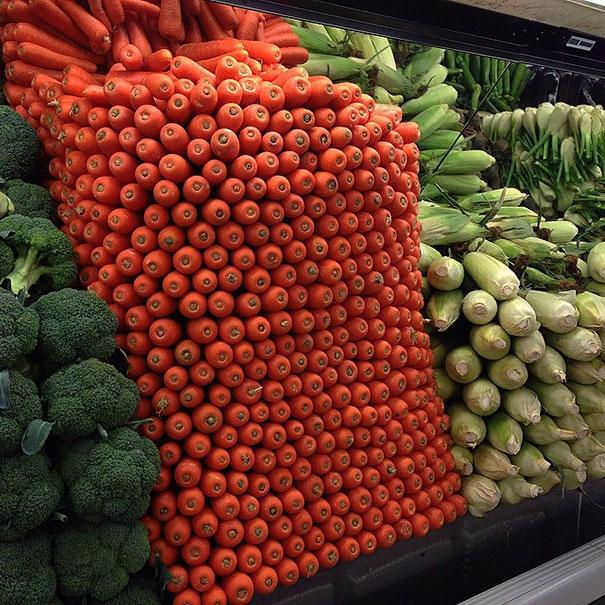 Chồng cà rốt được sắp xếp kìcông thế này thì ai mà nỡ lựa chứ.