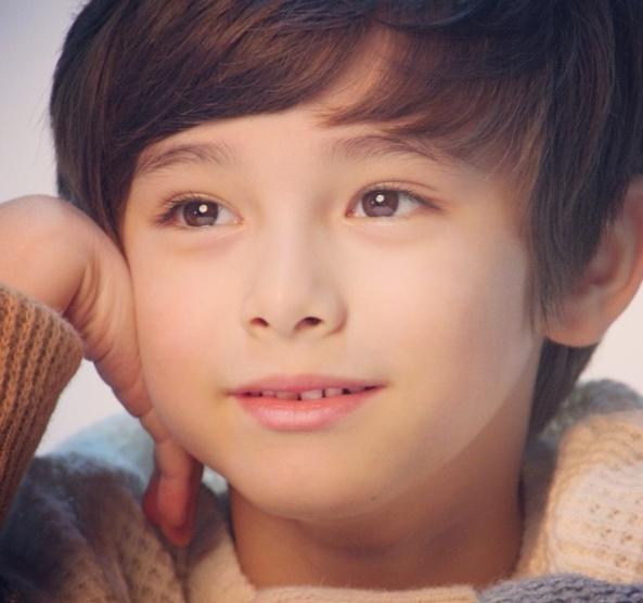 Cậu béKane Dennis(sinh năm 2007) mang hai dòng máu Hàn và và Úc.