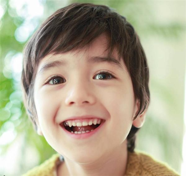 Seo Lev(sinh năm 2010) là cậu nhóc lai Hàn-Nga, bước vào làng giải trí khi chưa đầy 5 tuổi.