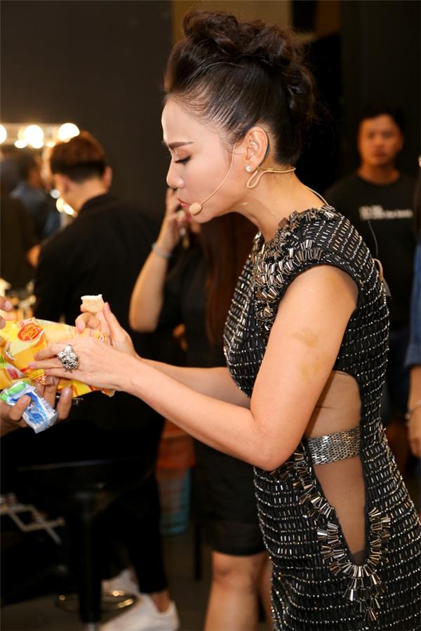 """Vì mới đáp chuyến bay từ Hà Nội về sau khi tham gia một sự kiện, Thu Minh vẫn chưa kịp ăn tối. Ở trong hậu trường, cô được trợ lý """"tiếp tế"""" lương thực bằng bánh ngọt."""
