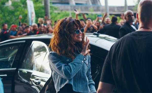 Nữ ca sĩ vẫy tay chào người hâm mộ ở Kuala Lumpur.