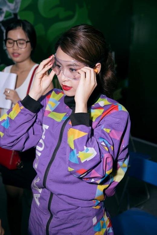 Hoàng Thùy Linh cực cool với bộ đồ bảo hộ màu tím.