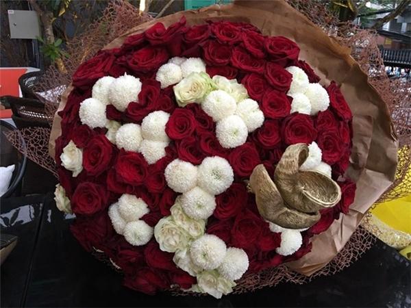 Hình ảnh bó hoa được bỏ chỏng chơ trên bàn sau buổi họp báo ra mắt MV Anh cứ đi đi của Hari Won. - Tin sao Viet - Tin tuc sao Viet - Scandal sao Viet - Tin tuc cua Sao - Tin cua Sao