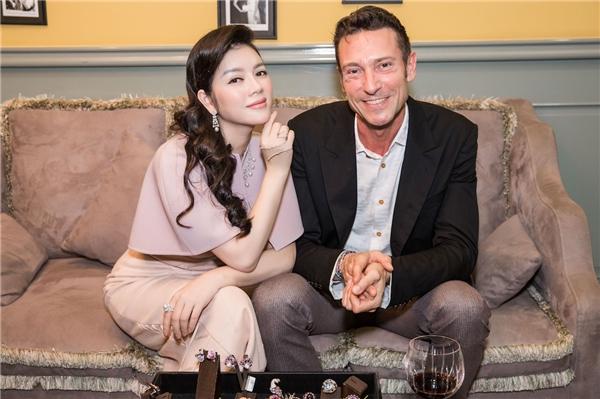 Đặc biệt, năm nay, Lý Nhã Kỳ đích thân mời nhà thiết kế kim cương lừng danh thế giới Davide Staurino tới Việt Nam tham dự triển lãm.