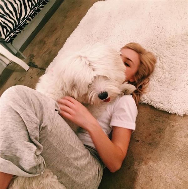 Diễn viên, người mẫu 9X rất yêu thích động vật, thường xuyên nhận nuôi thú cưng và kêu gọi cộng đồng Instagram chung tay giải cứu chó, mèo.
