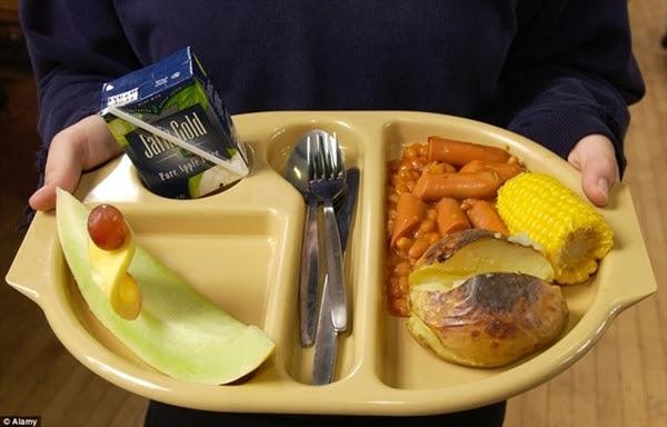 Anh: Xúc xích nấu với đậu, khoai tây nướng, bắp ngô, dưa và thức uống đóng hộp.