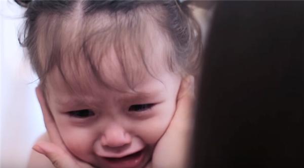 Người hâm mộ vô cùng xúc động khi nhìn thấy những giọt nước mắt của Cadie Mộc Trà đang cố níu kéo chân mẹ, không cho Elly Trần đi công tác xa. - Tin sao Viet - Tin tuc sao Viet - Scandal sao Viet - Tin tuc cua Sao - Tin cua Sao