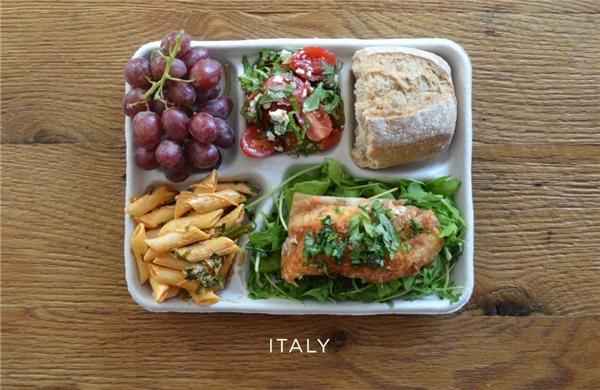 Ý: Cá ăn kèm rau arugula, nui sốt cà chua, salad caprese, bánh mì, nho tươi.
