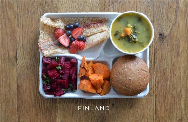 Phần Lan: Súp đậu, củ cải, sald cà rốt, bánh mì, bánh kếp, các loại dâu tươi.