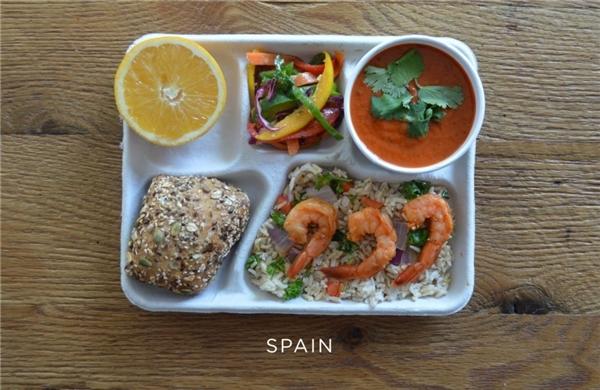 Tây Ban Nha: Tôm áp chảo, gạo lứt, rau tươi, súp lạnh gazpacho, cam tươi.