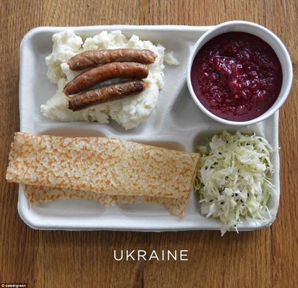 Ukraine: Khoai tây nghiền kèm xúc xích, súp củ cải, bắp cải, bánh kếp.