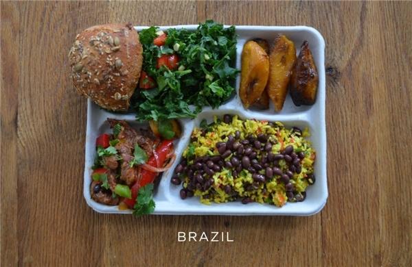Brazil: Thịt lợn kèm rau trộn, cơm đỗ đen, salad, bánh mì, chuối nướng.