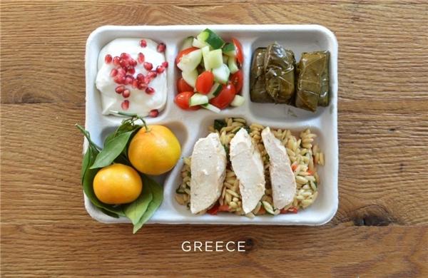 Hy Lạp: Gà nướng ăn kèm mì orzo, lá nho cuốn, salad cà chua và dưa chuột, cam tươi và sữa chua trộn hạt lựu.