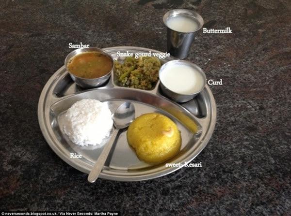 Ấn Độ: cơm trắng, canh sambar, rau mướp xào, một bát sữa đông, một cốc sữa bơ và món tráng miệng ngọt kesari.