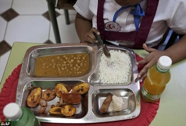 Cuba: Cơm trắng, gà viên chiên, rễ khoai môn và súp hạt đậu.