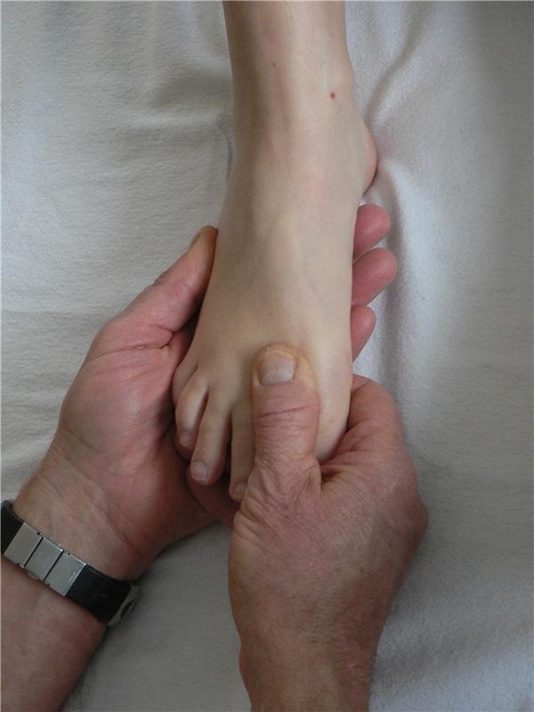Dùng ngón tay nhấn một lực nhẹ, sau đó mát-xa ngược chiều kim đồng hồ khoảng 2 đến 3 giây. (Ảnh: Internet)