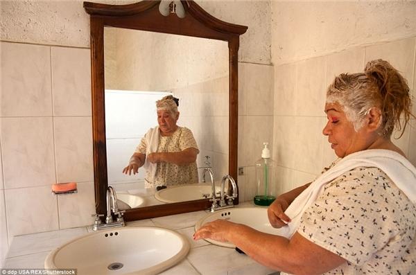 Juanita, một cư dân của Casa Xochiquetzal nhuộm lại tóc để tránh gặp phải bạo lực trên đường phố Mexico.