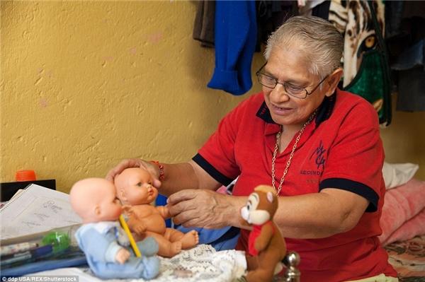 Elia đang nói chuyện với những conbúp bê. Đây là cách giúp bà vượt qua những nỗi đautrong quá khứ.