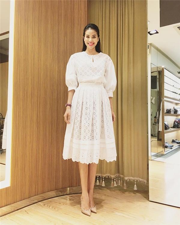 Trong khi đó, Phạm Hương lại theo đuổi hình ảnh nhẹ nhàng, nữ tính với váy xòe có tông trắng tinh khôi, trẻ trung. Hoa hậu Hoàn vũ Việt Nam 2015 làm gợi nhớ đến những công nương phương tây với vẻ đẹp nhu mì, đằm thắm.