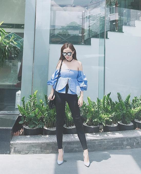Áo trễ vai - xu hướng hot nhất hè 2016 được Kelly Nguyễn phối cùng quần legging ôm sát giúp người đẹp phô diễn được đôi chân dài, thẳng.