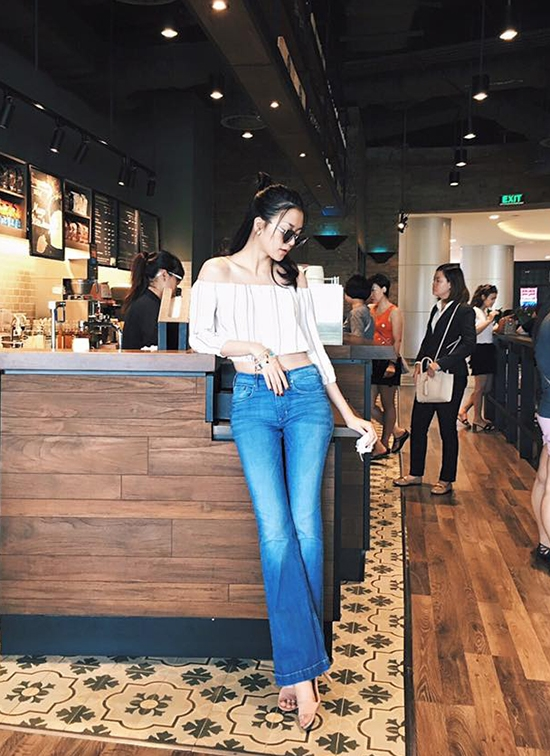 Áo trễ vai cũng là lựa chọn của Thiều Bảo Trang trong dịp xuống phố tuần qua. Cô kết hợp item hot này cùng quần ống loe hở eo hiện đại, gợi cảm.