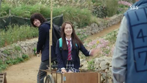 "Phân cảnh chở Park Shin Hye trong ""Pinochio"". (Ảnh: Internet)"