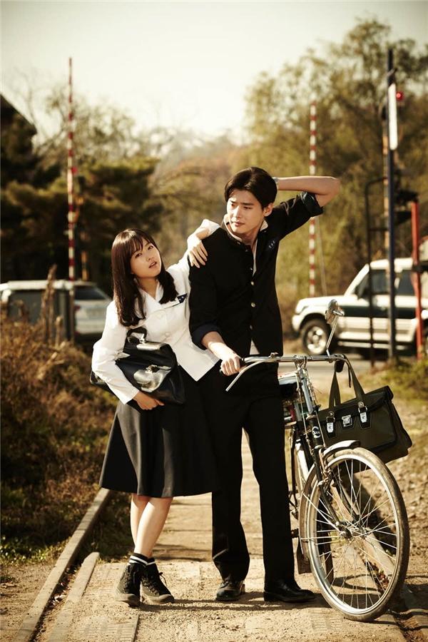 Lee Jong Suk và hình tượng nam sinh cùng chiếc xe đạp.(Ảnh: Internet)