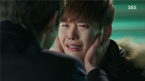Lee Jong Suk nghẹn ngào khi gặp lại anh. (Ảnh: Internet)